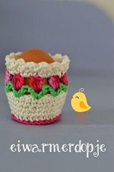 """Ik had vanmiddag een Eureka-moment!Het patroon van het tulpenvaasje is heel populair bij jullie,en dat is natuurlijk heel leuk! Nu heb ik een """"eierwarmerdopje"""" bedacht,met ditzelfde tulpensteekje.Hele"""