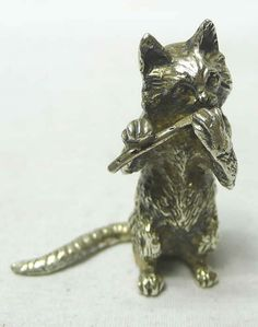 Восхитительный маленький серебряный кот играет на флейте. В ролях серебро. Отличное качество и очаровательный выражение лица. Вес 56 грамм, около 2 тройских унций. Высота 4,25 CMS. Бирмингем 1976 Makers отметить PUD. по цене £ 150