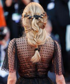 <strong>Diane Kruger</strong> siempre nos inspira con sus recogidos y peinados y este otoño, vuelve a hacerlo con esta trenza con semirrecogido efecto undone adornada con un lazo negro al más puro estilo <strong>Juego de Tronos</strong>.