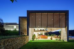 Construido en 2014 en Bragança Paulista, Brasil. Imagenes por Nelson Kon . The site, of 10,000 m² and adjacent to a beautiful native forest, was slightly downhill facing north and also the best view. The program of this...