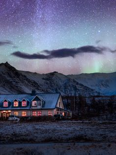 Iceland. Μιλιέται η Ισλανδική γλώσσα, που είναι μία Γερμανική γλώσσα που μιλιέται στην Ισλανδία.