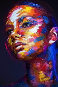 Artísta pinta rosto de mulheres que se parecem com criações 2D |