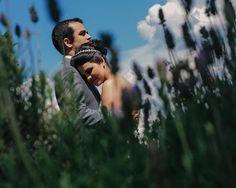"""Um """"namoro arranjado"""" pelas irmãs da Catherine e do Rodrigo que deu tão certo que chegou ao altar! ➡️Hoje no blog o casamento completo, com dicas sobre o cardápio e muito amor! Link direto no perfil! {:Renato DPaula} #amolapisdenoiva #casamentodedia #casamento"""