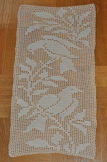 Best 12 Så här har jag gjort: Lägg upp 129 lm och börja virka i 5 lm från n Crochet Table Topper, Crochet Table Runner Pattern, Crochet Placemats, Crochet Lace Edging, Crochet Doily Patterns, Applique Patterns, Crochet Doilies, Knitting Patterns, Crochet Birds