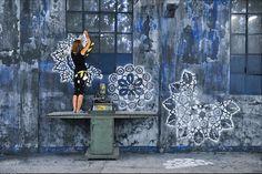 Tudo o que faz parte do cenário urbano cinza, ganha um novo olhar se depender da polonesa NeSpoon. A artista, que já trabalhava com renda, expandiu o seu olhar e estampa sua arte em pedras, muros, árvores e até no chão. Com vários materiais diferentes como spray, macramê, cerâmica e estêncil, a cidade ganha padrões ornamentados, que são integrados a natureza, com a intenção de adicionar um senso de beleza delicada no meio do concreto.