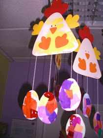 Esses foram os mobiles que fizemos para enfeitar o nosso corredor :) a galinha foi feita com carimbagem de esponja e os ovinhos atraves da c... Easy Easter Crafts, Valentine Crafts For Kids, Daycare Crafts, Bunny Crafts, Mothers Day Crafts, Easter Crafts For Kids, Craft Activities For Kids, Preschool Crafts, Spring Art Projects