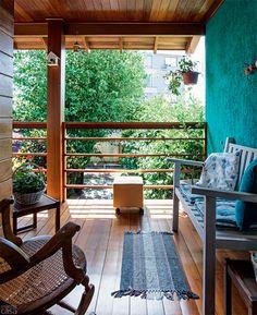 Aqui, com exceção do piso envernizado, todas as superfícies de madeira têm a proteção de stain Osmocolor Incolor UV Glass, com filtro solar (Montana Química). Repare na casinha pendurada na viga, muito frequentada pelos pássaros dos arredores. Projeto da arquiteta Luciane Tabbal.