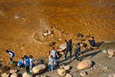 Gyerekek a Sárga folyó partján, Lancsou, Kína, 2017 Children near the Yellow River, Lanzhou, China, 2017 Photo: Mark Somogyi - http://www.marksomogyi.com #china #lanzhou #yellowriver #photography #marksomogyi #somogyimark