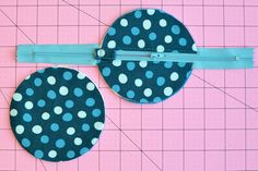 Circle Zip Earbud Pouch Tutorial by Erin Erickson, Dog Under My Desk Scrap Fabric Projects, Small Sewing Projects, Sewing Projects For Beginners, Fabric Scraps, Sewing Hacks, Sewing Crafts, Diy Projects, Drawstring Bag Tutorials, Zipper Pouch Tutorial