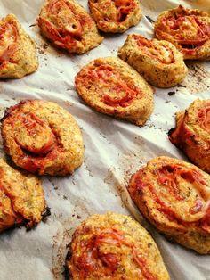 Blomkåls pizza er genial i sig selv, se min opskrift her at lave dem som snegle er lidt det samme, men dejen skal have lidt mel for at blive mere fast, jeg brugte hirsemel, men alle meltyper kan bruges.Resultatet blev lækkert.opskrift på sunde pizzasnegleCa. 10 stk.- 400 gram blomk�