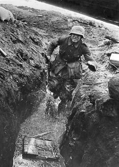 German messenger in a wet trench, Eastern Front. The real face of war. Ww2 Pictures, Military Pictures, German Soldiers Ww2, German Army, Nagasaki, Hiroshima, Ww2 History, Military History, Luftwaffe