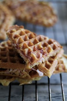 Waffles with Ham and Cheese Cheese Waffles, Norwegian Food, Waffle Iron, Ham And Cheese, Wrap Sandwiches, Snacks, Veggie Recipes, Tapas, Breakfast Recipes