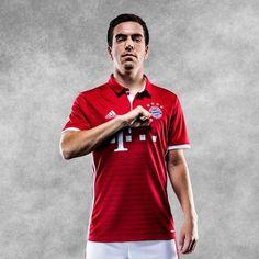 Nouveau Maillot de Bayern Munich Domicile 2016 2017 De retour à un rouge et blanc plus traditionnel,présente un aspect propre et moderne.
