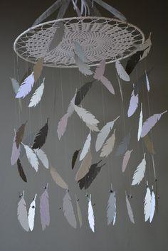 Dromenvanger babymobiel met veren van grijstinten en door SierGoed
