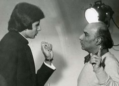 Cinema ©: Amitabh Bachchan with filmmaker Yash Chopra Vintage Bollywood, Amitabh Bachchan, Indian Movies, Film Director, Celebs, Celebrities, Funny Pictures, Funny Pics, Filmmaking