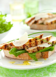 Grilled Chicken Sandwich with Herbed Yogurt Spread Recipe with Greek Yogurt Yogurt Spread Recipe, Greek Yogurt Recipes, Sandwich Croque Monsieur, Grilled Chicken Sandwiches, Boite A Lunch, Bariatric Eating, Dinner Is Served, Sandwich Recipes, Food Inspiration