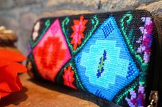 Cartera, bordado Tzeltal elaborado en Yajalon, Chiapas.