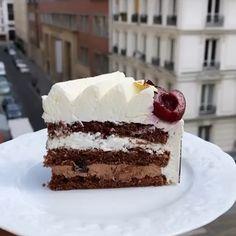 """Anaël Cohen on Instagram: """"Encore une part ... de forêt noire ? 🥰 ✨Génoise chocolat imbibée à un sirop de griottes ✨Ganache allégée au chocolat ✨Griottines…"""" Chocolate Stores, Chocolate Art, Choccywoccydoodah, Chocolate Covered Strawberries, Delicious Chocolate, Truffles, Vanilla Cake, Strawberry, Sweets"""