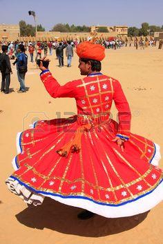 Hombre indio en el baile vestido tradicional en el Festival del Desierto, Jaisalmer, Rajasthan, India