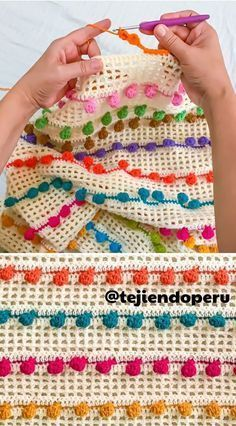 Punto pompón tejido a crochet!There are a great number of pompom stitch patterns and most all them are gorgeous. Discover more Babies around Somosmamas. Crochet Borders, Crochet Stitches Patterns, Knitting Stitches, Crochet Designs, Stitch Patterns, Knitting Patterns, Crochet Simple, Love Crochet, Stitch Crochet