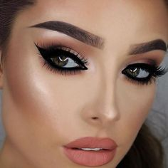 How gorgeous is @jessicarose_makeup rocking her New Years Eve Party Look with @thebalmeu Mary Lou Hi-Lighter. I mean seriously.... ❤️❤️❤️#thebalmeu #onfleek #beautiful #potd #motd #nye #party #beautyblogger #mua