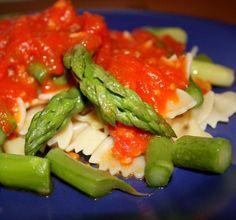 Kokardki ze szparagami i sosem pomidorowym [Farfalle agli asparagi] (dieta wegańska)