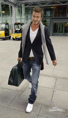 David Beckham Still Has World Cup Work to Do Despite His Injury – Men's style, accessories, mens fashion trends 2020 Blazer With Jeans Men, T Shirt And Jeans, Men Blazer, Jacket Jeans, Mode Masculine, Sharp Dressed Man, Well Dressed Men, Stylish Men, Men Casual