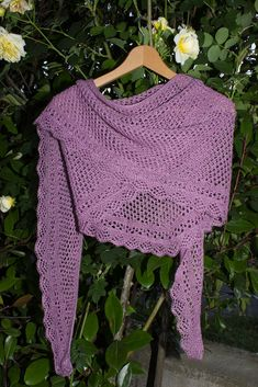 Schema di scialle ai ferri gratuito traforato con Ortica Knitting Patterns Free, Free Knitting, Free Pattern, Ravelry, Coral Scarf, Knitted Shawls, Knitting Projects, Crochet Top, Estate