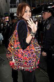 As atrizes de hollywood estão desfilando por aí com bolsas multi estampadas, ultracoloridas e com motivos étnicos. As Boho Bags  são os novo...