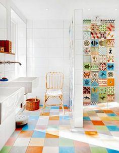 salle de bains joyeuse, carrelage mosaique multicolore