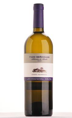 """Los mejores vinos blancos de España: <strong>PAZO DE SEÑORANS SELECCIÓN DE AÑADA 2008</strong> <p> Pazo de Señorans. D.O. Rías Baixas. <strong>35 euros.</strong> Primer vino que reveló el potencial de guarda de la uva albariño (34 meses en depósitos de acero y larga maduración en botella). <p> """"Impresionante"""", sintetiza <strong>Óscar Marcos</strong> (sumiller de Alabaster), """"elegante, sutil, con recuerdos de papaya, cítricos y minerales""""."""