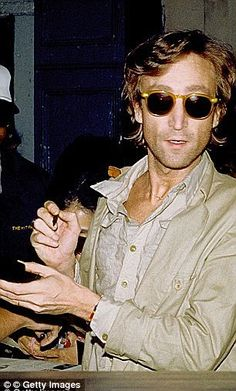 Former Beatle John Lennon signs autographs outside the Times Square recording studio 'The Hit Factory' after a recording session of his final album 'Double Fanasy' in August 1980 in New York City, New York. Imagine John Lennon, John Lennon Yoko Ono, Les Beatles, John Lennon Beatles, Beatles Band, Sam Claflin, Kellin Quinn, Gretsch, Fender Stratocaster
