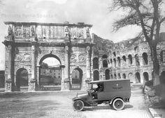 Via di San Gregorio – Un furgone postale davanti all'Arco di Costantino Anno: 1910 ca.