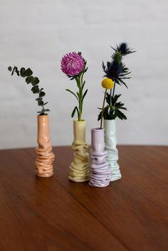 Vasos de Cerâmica com efeito lindo. E as cores leves combinando entre si? De www.laerkelangballe.dk #ceramic #vase #flores { post by www.mariarossetti.com.br }