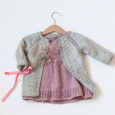 Opskriften Indeholder Anvisninger Til St - DIY & Crafts Crochet Dress Girl, Baby Girl Crochet, Knitted Baby Clothes, Baby Girl Sweaters, Baby Cardigan, Knit Cardigan, Baby Patterns, Baby Knitting Patterns, Brei Baby