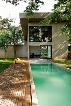 Une #piscine en couloir de nage suspendue côté jardin, avec une jolie plage en lamelles de bois. @Rue de Vivre ma Piscine