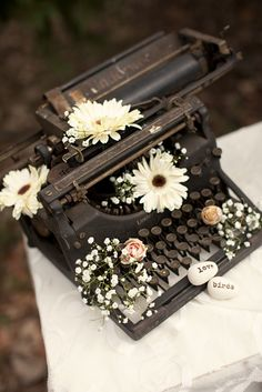 Love this antique typewriter with the flowers. It would be so cute next to wedding place cards. The cards would be adorable in typewriter font to go with the typewriter. Flower Aesthetic, Book Aesthetic, Aesthetic Vintage, Aesthetic Photo, Aesthetic Pictures, Photo Deco, Vintage Typewriters, Vintage Love, Vintage Decor