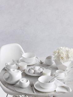 Minimalist White Modern Table I modern fehér tálalás All White, Pure White, White Dishes, Prop Styling, Little Kitchen, Martha Stewart Weddings, White Aesthetic, Shades Of White, Modern Table