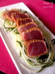 Tataki de thon rouge au paprika fumé sur lit de papaye verte et d'algues