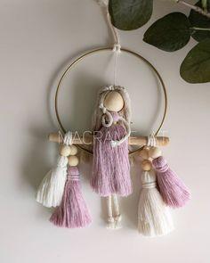 New Crafts, Yarn Crafts, Crafts For Kids, Macrame Design, Macrame Art, Doily Art, Mobiles, Macrame Wall Hanging Patterns, Wool Dolls