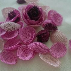 This Pin was discovered by omr Needle Lace, Needle And Thread, Crochet Flowers, Fabric Flowers, Crochet Stitches, Crochet Patterns, Fabric Flower Tutorial, Point Lace, Lace Making