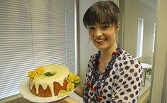 Corli het met haar oudisiekoek vir Koekedoor gewys dat eenvoud ook harte steel. Kry die resep vir haar suurlemoen-joghurtkoek hier. Cake Recipes, Dessert Recipes, Desserts, South African Recipes, Sweet Cakes, Cupcake Cakes, Cupcakes, Beautiful Cakes, Bakery