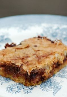 Makronsnitter - A Danish bakery classic with almonds, chocolate and lots of buttery pastry Danish Cake, Danish Dessert, Danish Food, Baking Recipes, Cake Recipes, Dessert Recipes, Cocktail Desserts, Scandinavian Food, Sweets Cake