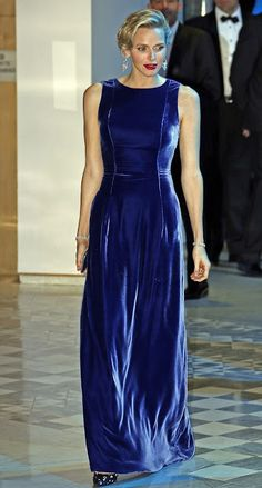 Princess Charlene Of Monaco looked simply stunning in blue velvet sapphire gown as she attended a charity gala. Princesa Charlene, Fürstin Charlene, Princesa Grace Kelly, Monaco Charlene, Hollywood Fashion, Mode Hollywood, Velvet Fashion, Royal Fashion, Style Royal