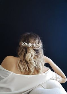 bridal hair flowers The Botanica bridal hair piece with flowers focuses on textural detailing with an edgey sophistication. If you're looking for a bridal headpiece that combines fl Floral Headpiece, Headpiece Wedding, Bridal Headpieces, Wedding Veils, Wedding Dresses, Short Wedding Hair, Wedding Hair And Makeup, Short Prom Hair, Down Hairstyles