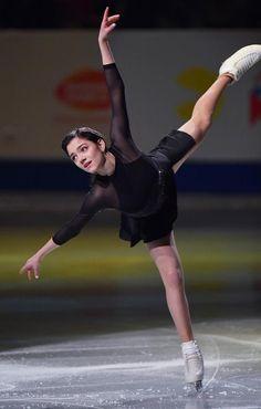 羽生、紀平ら華麗な舞い フィギュア・エキシビション - 読んで見フォト - 産経フォト Figure Skating Competition Dresses, Figure Skating Costumes, Figure Skating Dresses, Russian Figure Skater, Figure Ice Skates, Team Events, Medvedeva, Beautiful Athletes, Figure Poses