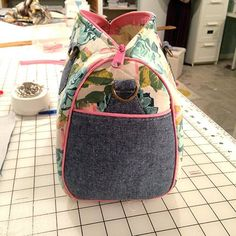 How to Make a Hobo Bag - Sewing Method Bag Pattern Free, Bag Patterns To Sew, Sewing Patterns, Diy Bag Designs, Sewing Piping, Barrel Bag, Fabric Bags, Quilted Bag, Casual Bags