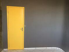 Esse post é curto, pá-pum! Só pra mostrar o andamento do projeto Home Office e mostrar o passo a passo de algo que muita gente, muita mesmo, tem dúvida: como pintar uma porta. Já aviso que pintar uma porta é tão simples quanto pintar qualquer outro móvel e o passo a passo é o mesmo. …