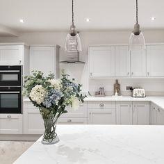 Small Kitchen Diner, Modern Shaker Kitchen, Open Plan Kitchen Dining Living, Modern Grey Kitchen, Light Grey Kitchens, Kitchen Diner Extension, Grey Kitchen Designs, White Marble Kitchen, Kitchen Room Design