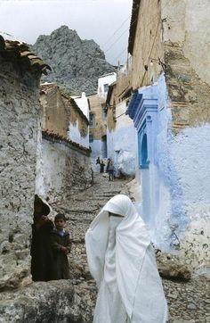 Narrow alleys of Chefchaouen - Maroc Désert Expérience http://www.marocdesertexperience.com